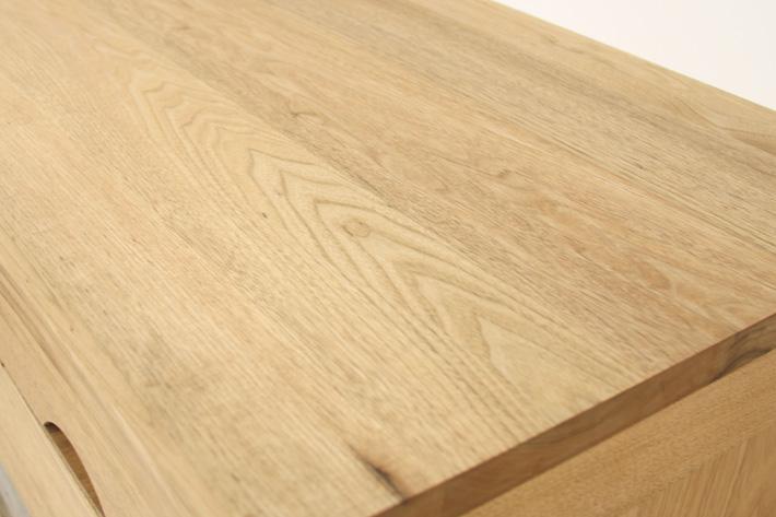 クルミ材を使ったテーブル
