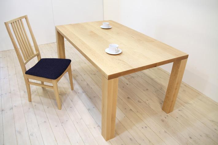 メープル材のテーブル