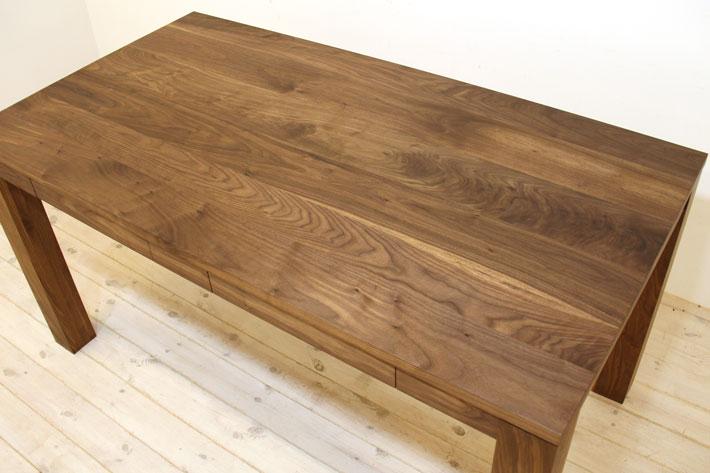 ウォールナット材を使ったテーブル