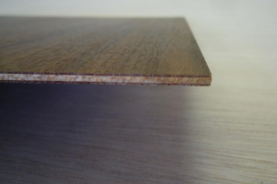 ツキ板にベニヤ板を張り付けた板