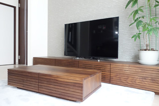 天然木ウォールナットのテレビボードとリビングテーブル1