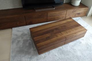 天然木ウォールナットのテレビボードとリビングテーブル2