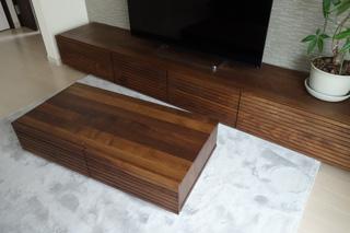 天然木ウォールナットのテレビボードとリビングテーブル3