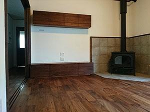 天然木ウォールナットのテレビボードとリビング収納1