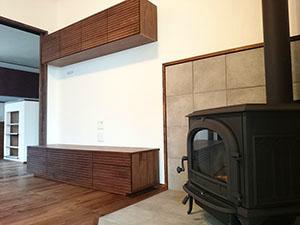 天然木ウォールナットのテレビボードとリビング収納2