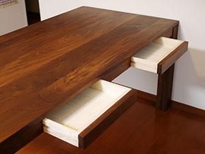 天然木のダイニングテーブル-ウォールナット3