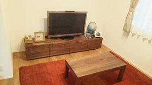 天然木ウォールナットのテレビ台とリビングテーブル